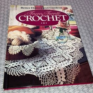 #2086  New Better homes and Gardens Crochet Book